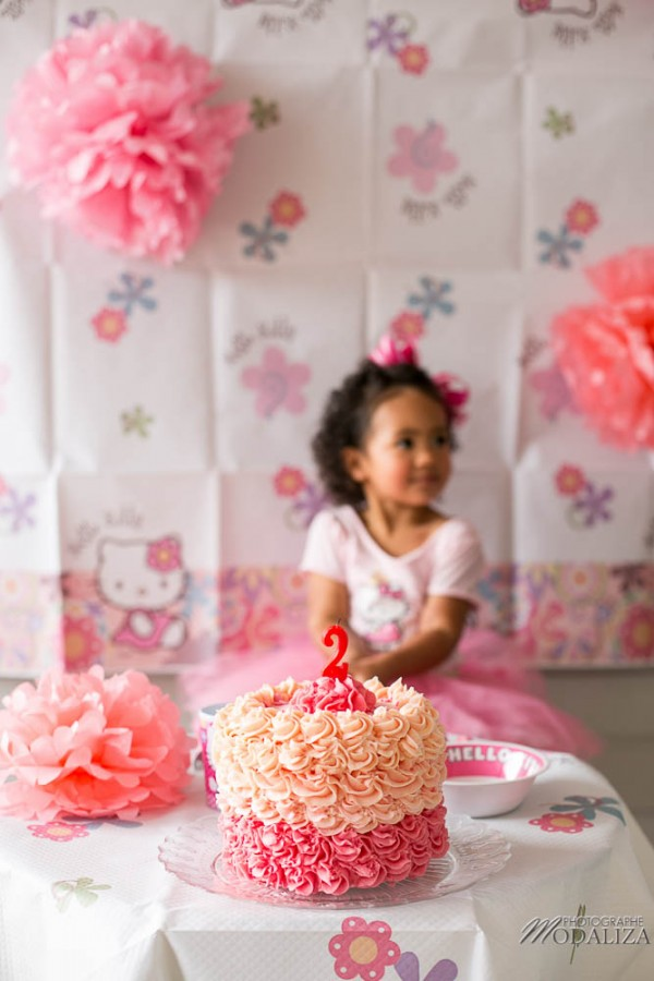 photo girl baby cake smash happy birthday 2 year old anniversaire bébé 2 ans petite fille hello kitty gateau rose pink bordeaux gironde aquitaine by modaliza photographe-34