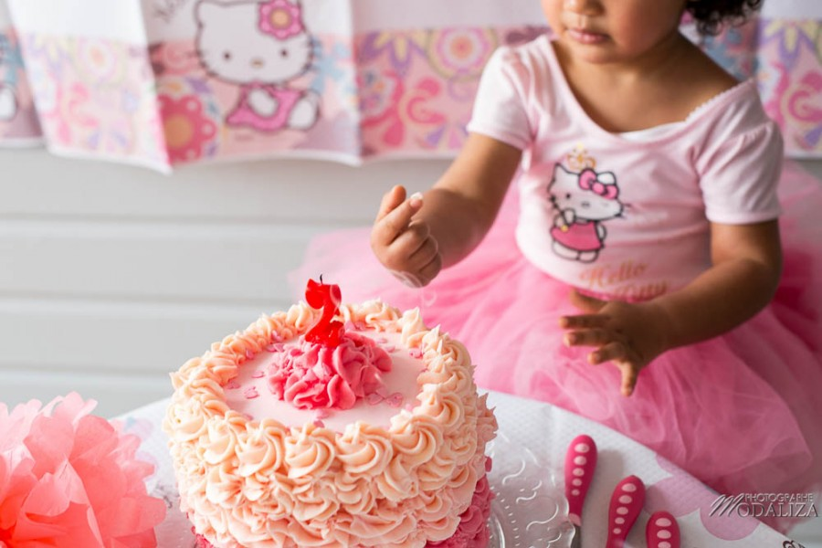 photo girl baby cake smash happy birthday 2 year old anniversaire bébé 2 ans petite fille hello kitty gateau rose pink bordeaux gironde aquitaine by modaliza photographe-48