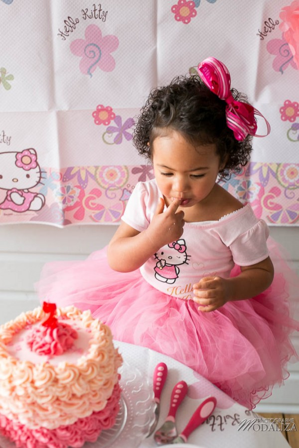 photo girl baby cake smash happy birthday 2 year old anniversaire bébé 2 ans petite fille hello kitty gateau rose pink bordeaux gironde aquitaine by modaliza photographe-51