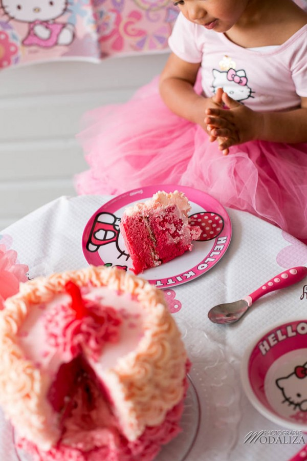 photo girl baby cake smash happy birthday 2 year old anniversaire bébé 2 ans petite fille hello kitty gateau rose pink bordeaux gironde aquitaine by modaliza photographe-62
