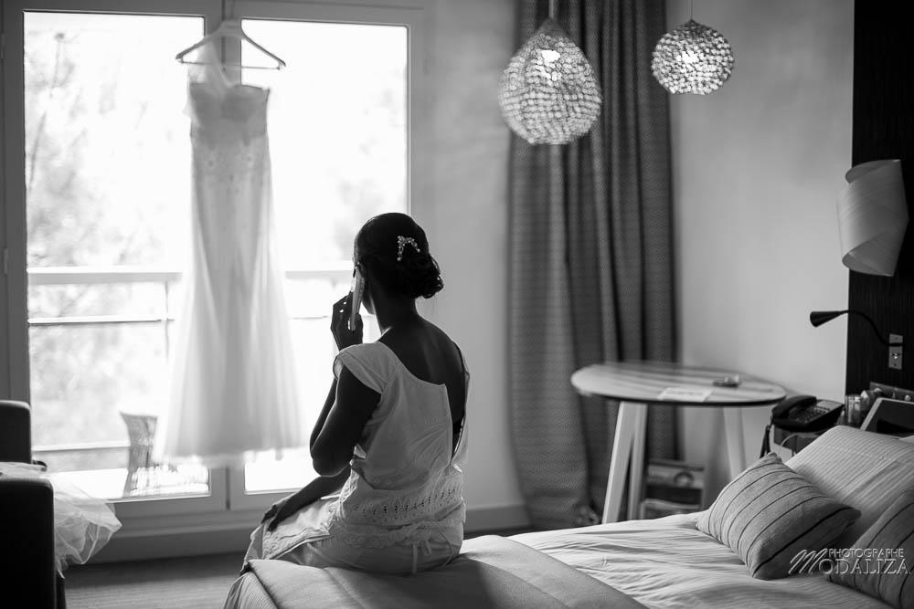 photo reportage mariage mixte bleu preparatifs de la mariée hotel bains d arguin thalazur blue dress bride black and white maries wedding dress lace pronovias blue props ceremonie laique bassin arcachon gironde france by modaliza photographe-0286