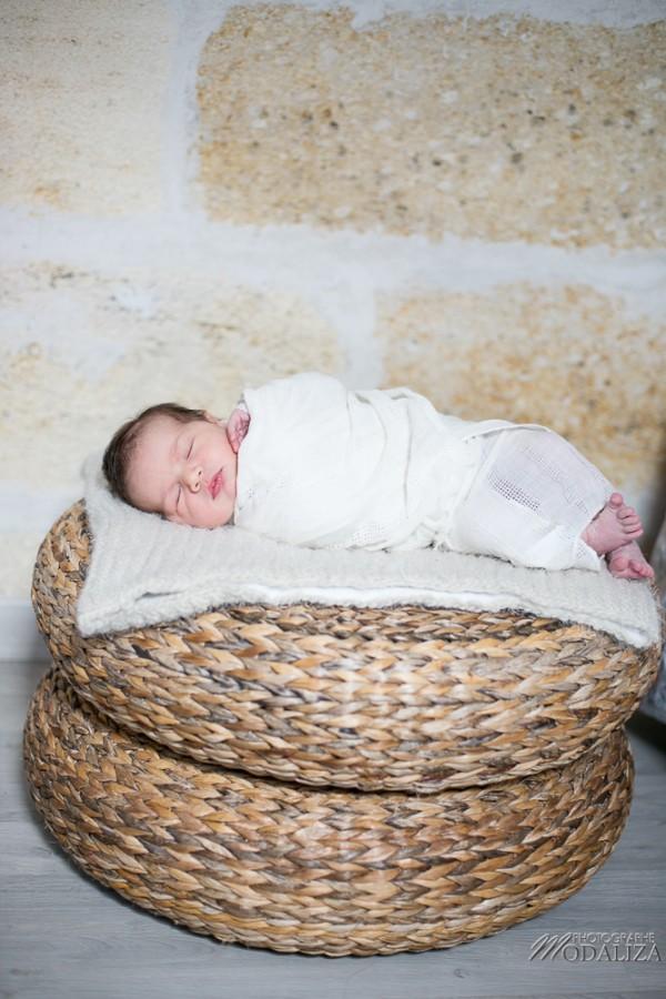 photo newborn baby girl love natural posing séance photo bébé à domicile bordeaux france by modaliza photographe-2719