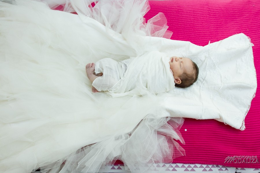 photo newborn baby girl wedding dress mum ring alliance love bebe bordeaux france by modaliza photographe-0070