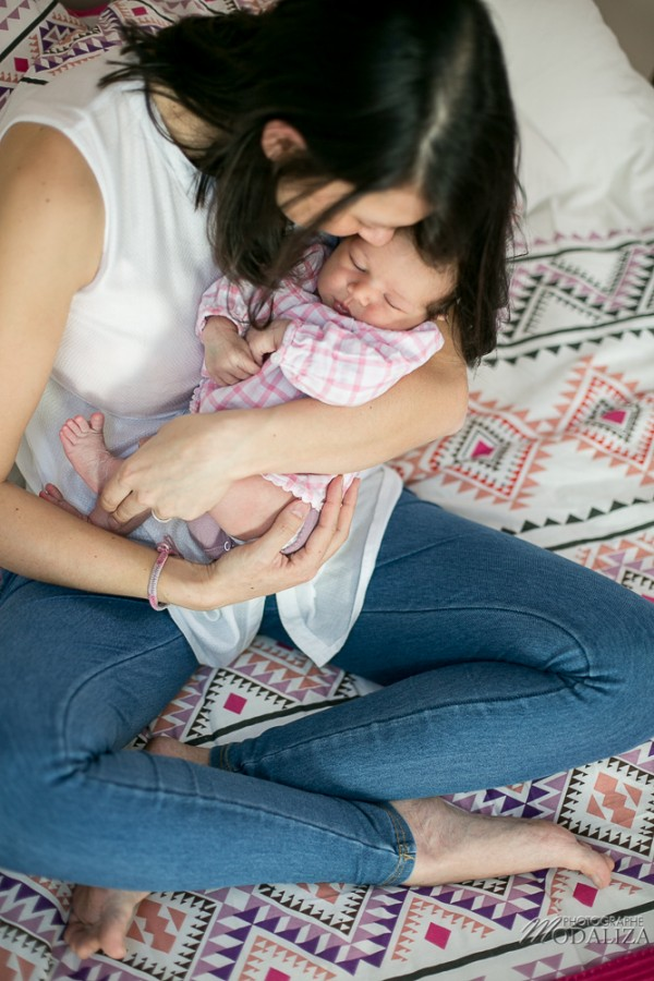 photo newborn lifestyle mum baby girl love girly pink maman bebe bordeaux by modaliza photographe (5 sur 7)