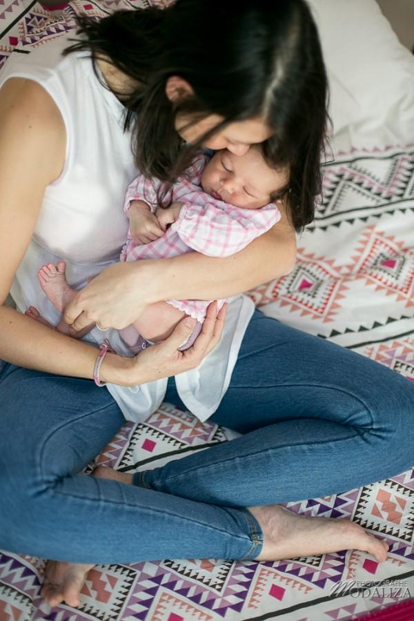 photo newborn lifestyle mum baby girl love girly pink maman bebe bordeaux by modaliza photographe (5 sur 7)
