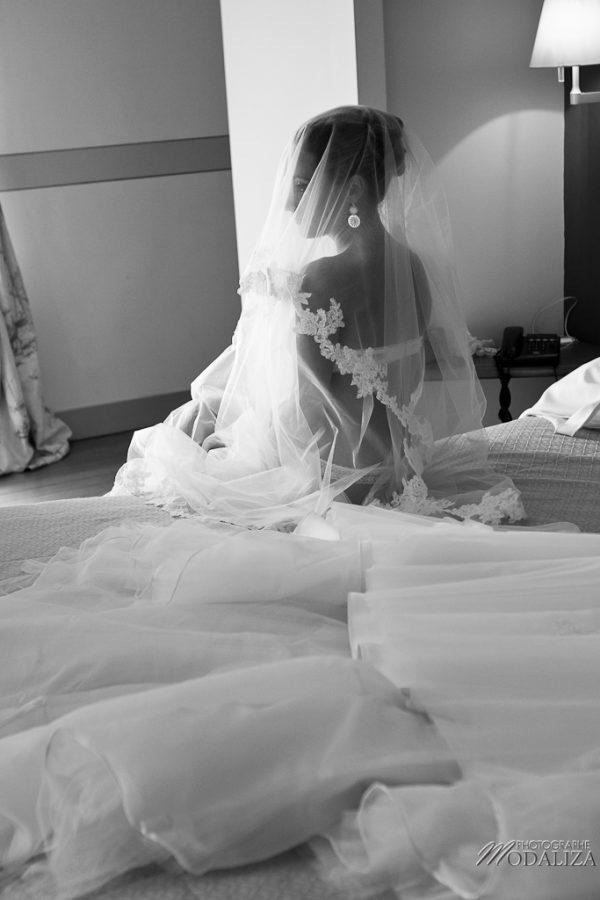 photo mariage préparatifs maquillage habillage boudoir robe mariée dentelle chateau grattequina bordeaux by modaliza photographe-34