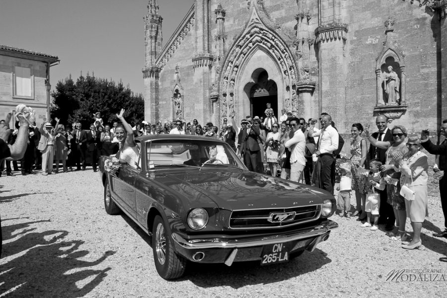 photo mariage sortie eglise st julien beychevelle bordeaux ford mustang by modaliza photographe-15