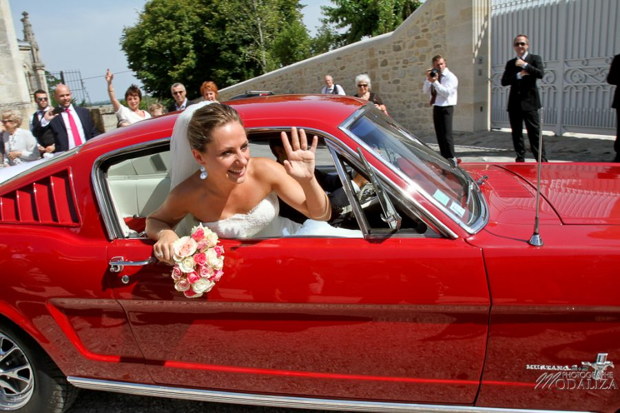 photo mariage sortie eglise st julien beychevelle bordeaux ford mustang by modaliza photographe-17