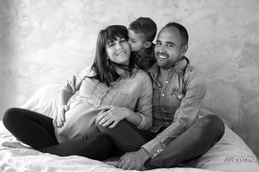 photo-grossesse-en-famille-lifestyle-pregnant-cocoon-jean-bed-bedroom-preganncy-boudoir-frere-bordeaux-by-modaliza-photographe-0655