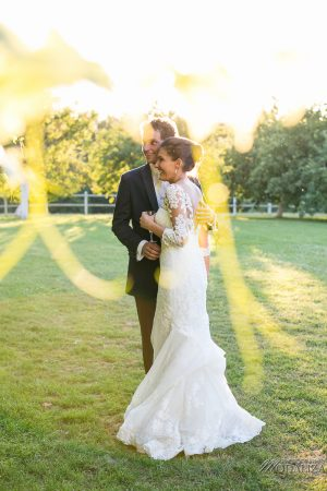 photo couple mariage wedding robe dentelle sunset gold hour chateau grignols domaine dame blanche gironde by modaliza photographe-12