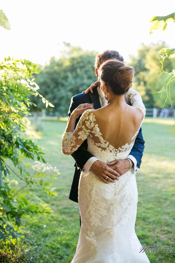 photo couple mariage wedding robe dentelle sunset gold hour chateau grignols domaine dame blanche gironde by modaliza photographe-2