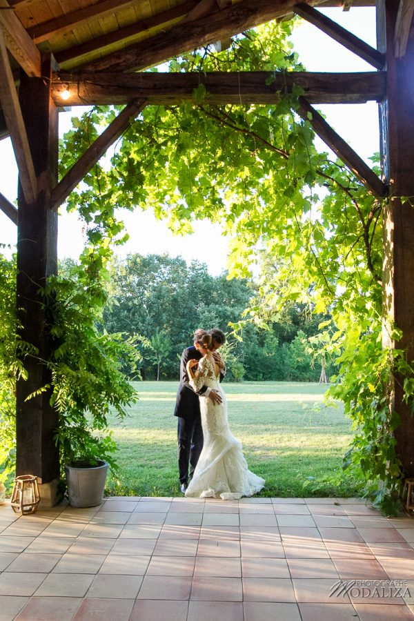 photo couple mariage wedding robe dentelle sunset gold hour chateau grignols domaine dame blanche gironde by modaliza photographe-4