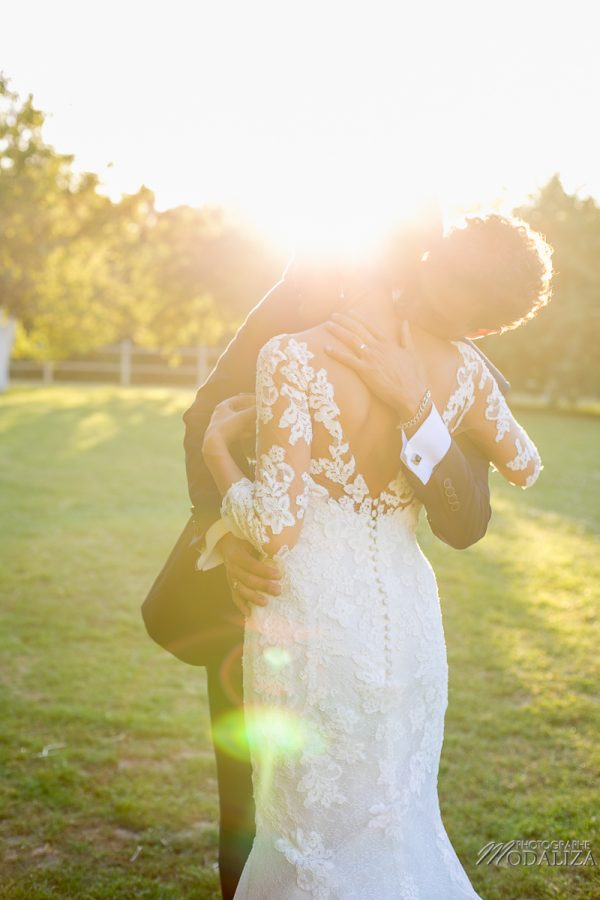 photo couple mariage wedding robe dentelle sunset gold hour chateau grignols domaine dame blanche gironde by modaliza photographe-8