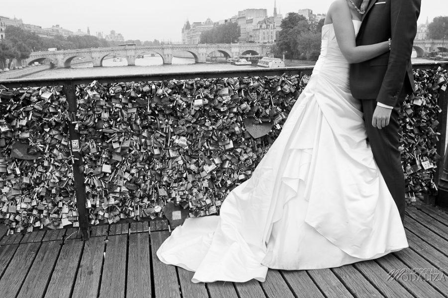 photo couple love session trash the dress mariés in Paris pont des arts cadenat by modaliza photographe-42