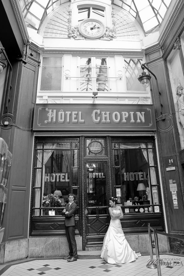 photo couple love session trash the dress mariés in Paris romantique passages by modaliza photographe-76