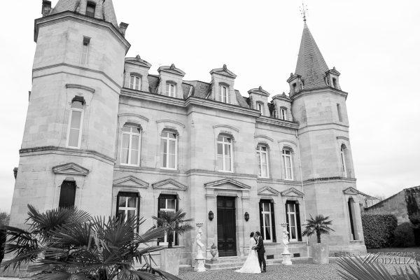 photo couple castle mariage wedding dress cymbeline lace cocktail chateau pontet d eyrans bordeaux france by modaliza photographe-0416