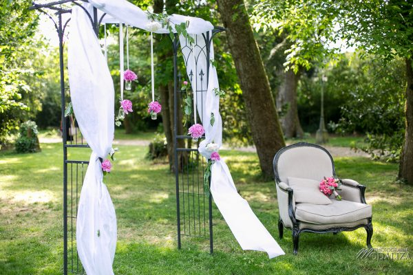 photo mariage reportage wedding day ceremonie laique chartreuse d eyres podensac arche chateau jardin pivoine pink romantic couple chair bordeaux by modaliza photographe-3005