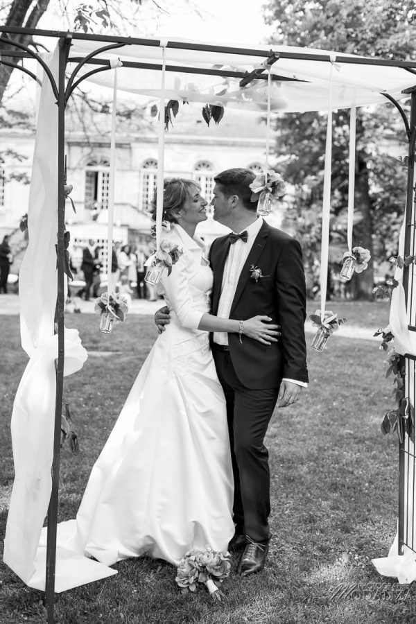 photo mariage reportage wedding day ceremonie laique chartreuse d eyres podensac arche chateau jardin pivoine pink romantic couple chair bordeaux by modaliza photographe-3043